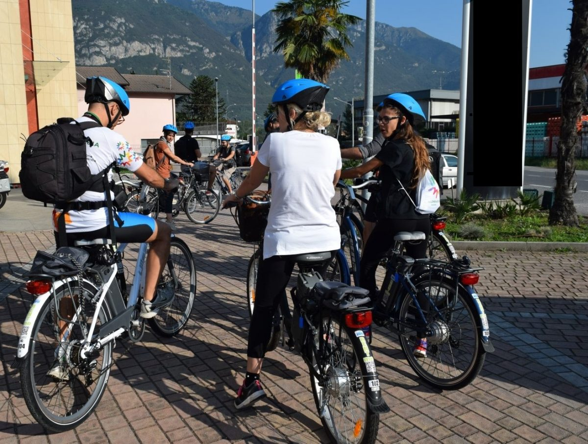 Pedalando in e-bike in Valle